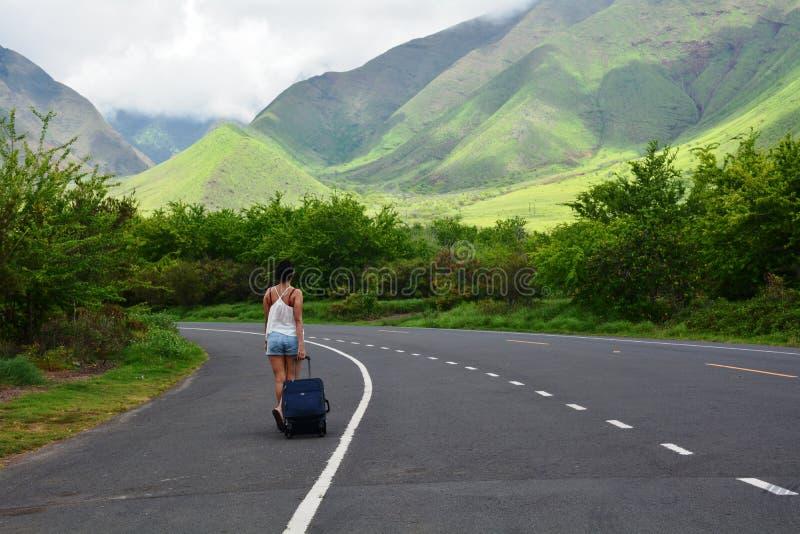 Γυναίκα που περπατά στο δρόμο και που εξερευνά την όμορφη κοιλάδα της Χαβάης στοκ φωτογραφίες με δικαίωμα ελεύθερης χρήσης