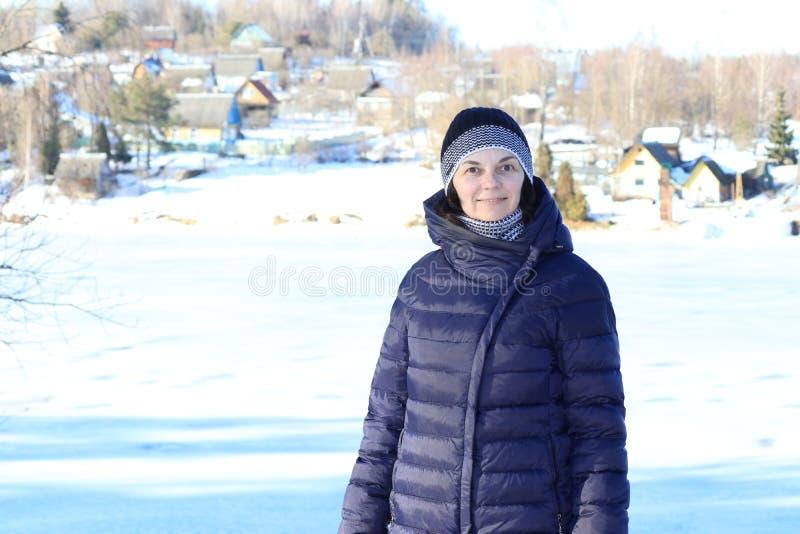 Γυναίκα που περπατά στο χιόνι στοκ φωτογραφίες με δικαίωμα ελεύθερης χρήσης
