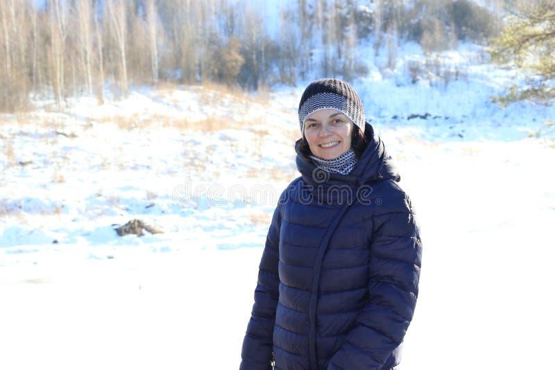 Γυναίκα που περπατά στο χιόνι στοκ φωτογραφίες
