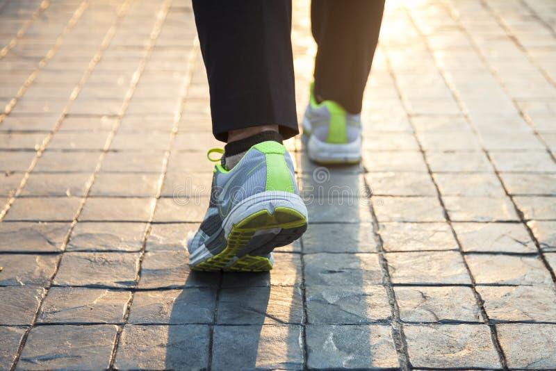 Γυναίκα που περπατά την υπαίθρια άσκηση στοκ φωτογραφίες