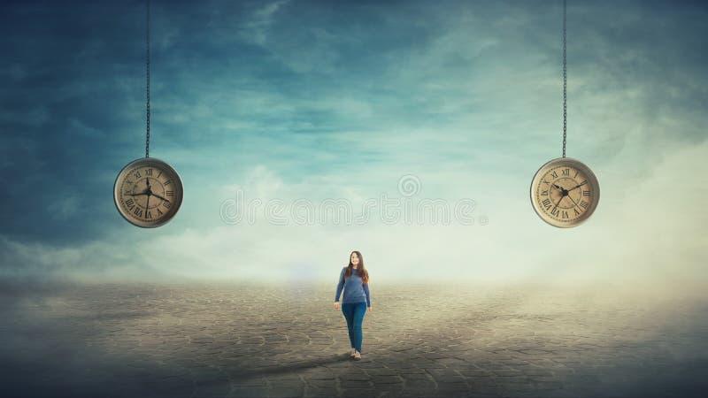 Γυναίκα που περπατά το πλήρες μήκος ελεύθερη απεικόνιση δικαιώματος