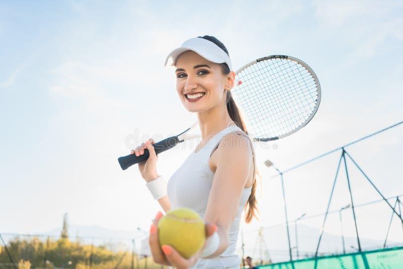 Γυναίκα που πηγαίνει για το παιχνίδι της αντισφαίρισης στοκ εικόνα