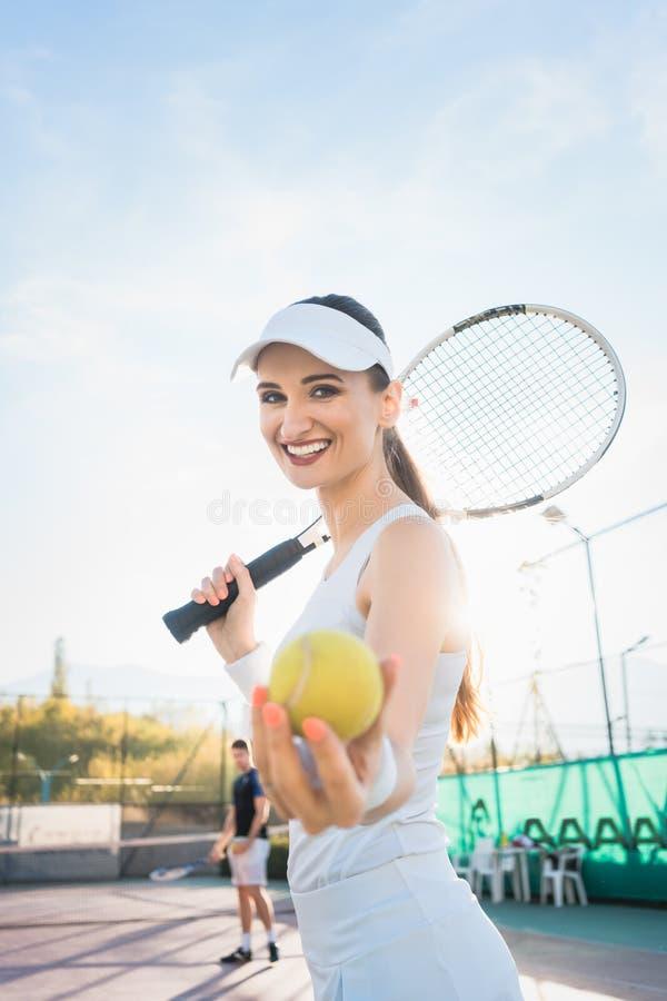Γυναίκα που πηγαίνει για το παιχνίδι της αντισφαίρισης στοκ εικόνες