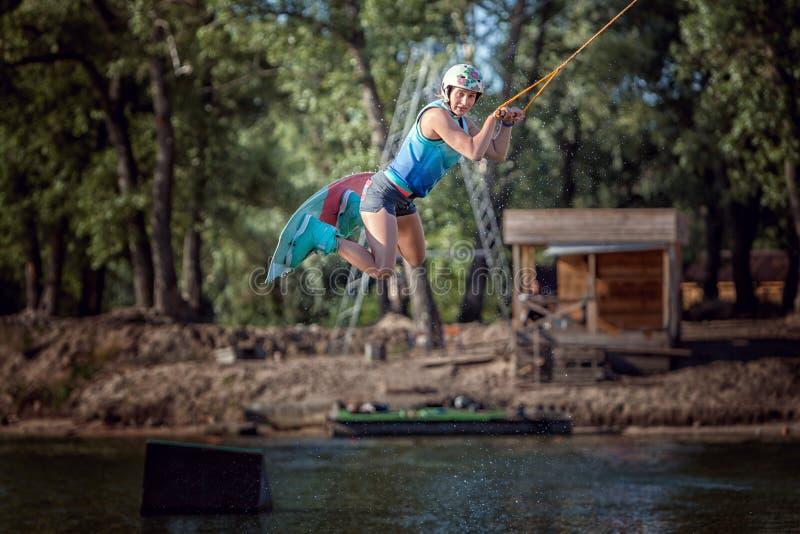 Γυναίκα που πηδά με τον πίνακα στοκ εικόνα με δικαίωμα ελεύθερης χρήσης
