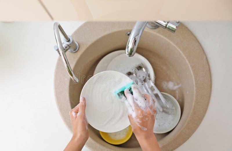 Γυναίκα που πλένει τα βρώμικα πιάτα στο νεροχύτη κουζινών, τοπ άποψη στοκ εικόνα με δικαίωμα ελεύθερης χρήσης