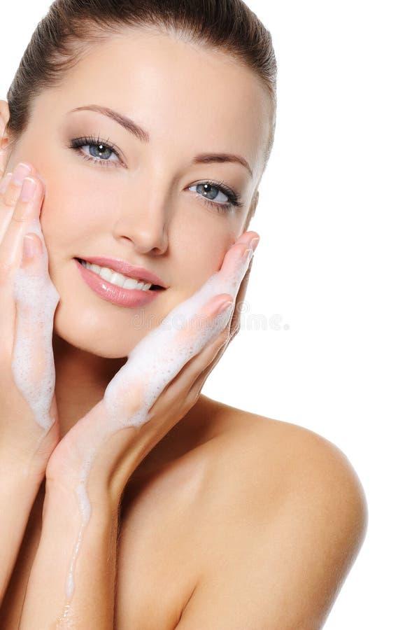 Γυναίκα που πλένει το πρόσωπο υγείας ομορφιάς της στοκ εικόνες με δικαίωμα ελεύθερης χρήσης