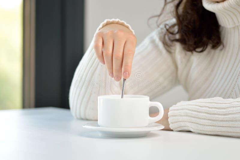 γυναίκα που προετοιμάζει ένα φλιτζάνι του καφέ στοκ φωτογραφίες