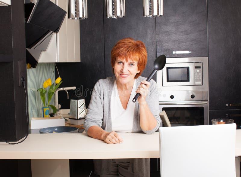 Γυναίκα που προετοιμάζει τα ζυμαρικά στο σπίτι στοκ εικόνες με δικαίωμα ελεύθερης χρήσης