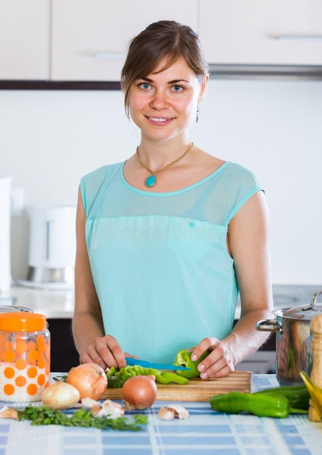 Γυναίκα που προετοιμάζει τη χορτοφάγο σούπα στην κατοικημένη κουζίνα στοκ φωτογραφία με δικαίωμα ελεύθερης χρήσης