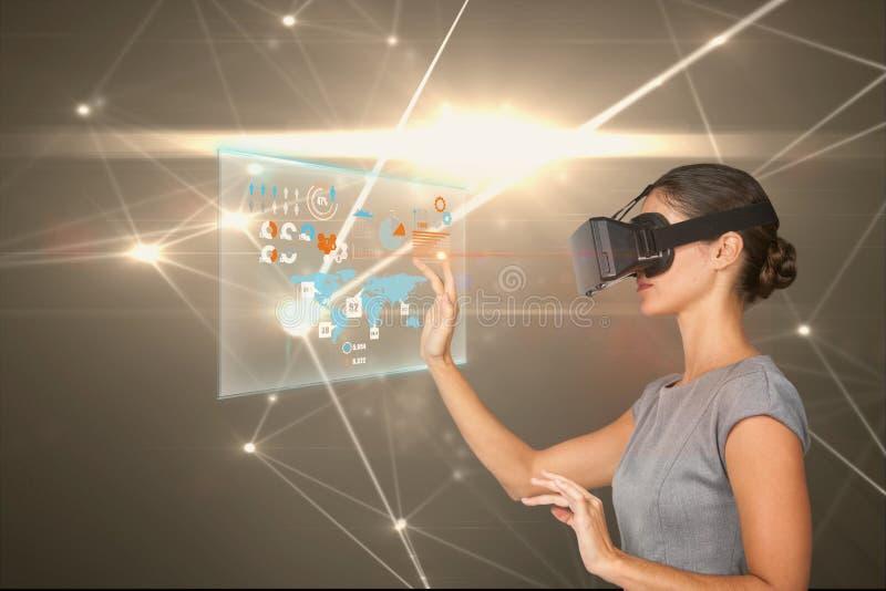 Γυναίκα που προσέχει τις ψηφιακές οθόνες με τα εικονικά γυαλιά στοκ φωτογραφία με δικαίωμα ελεύθερης χρήσης