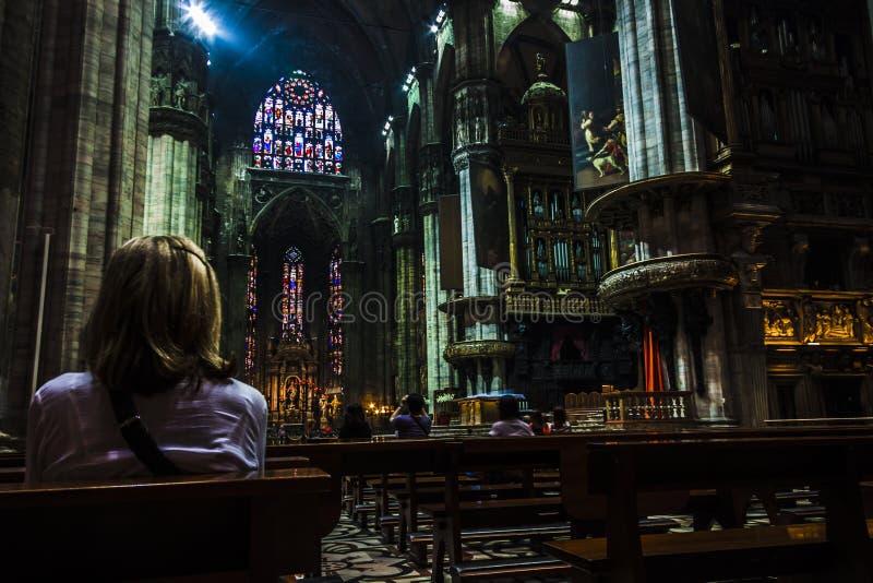 Γυναίκα που προσεύχεται μέσα στον καθεδρικό ναό Ιταλία του Μιλάνου ` s στοκ φωτογραφία με δικαίωμα ελεύθερης χρήσης