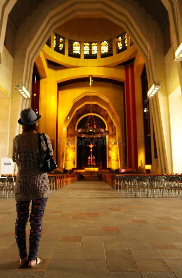 Γυναίκα που προσεύχεται στην εκκλησία του Μόντρεαλ στοκ φωτογραφία με δικαίωμα ελεύθερης χρήσης