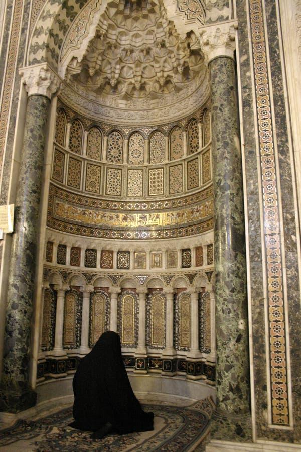 Γυναίκα που προσεύχεται στο μουσουλμανικό τέμενος στοκ φωτογραφία με δικαίωμα ελεύθερης χρήσης
