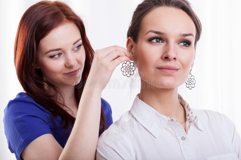 Γυναίκα που προσπαθεί στο σκουλαρίκι στοκ φωτογραφία με δικαίωμα ελεύθερης χρήσης