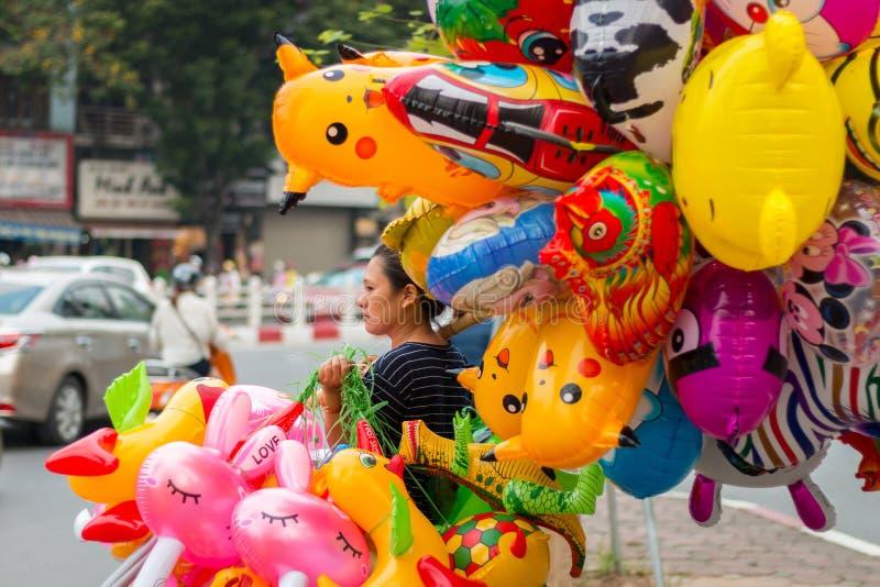 Γυναίκα που πωλεί τα ζωηρόχρωμα μπαλόνια στοκ φωτογραφίες με δικαίωμα ελεύθερης χρήσης