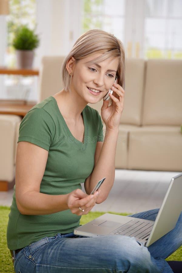 Γυναίκα που πληρώνει τους λογαριασμούς από το σπίτι στοκ εικόνες