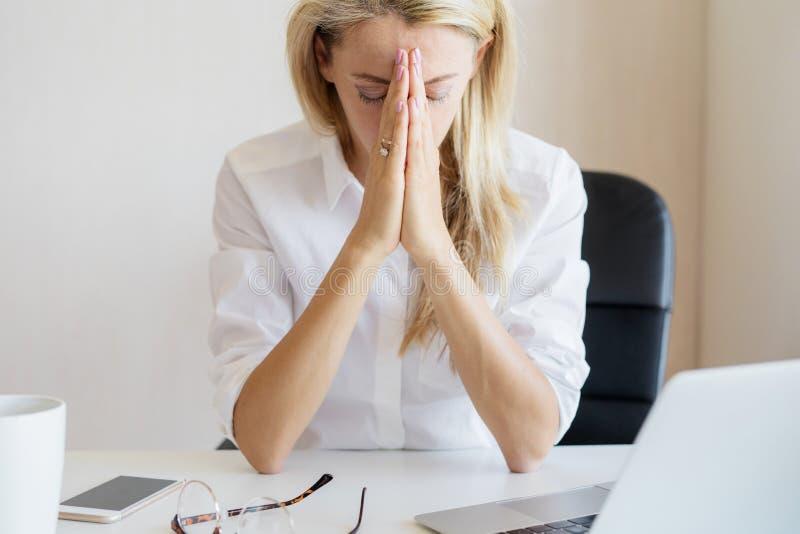 Γυναίκα που σκέφτεται για κάτι στην εργασία στην αρχή στοκ φωτογραφία