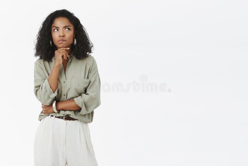 Γυναίκα που σκέφτεται πώς ξεφορτωθείτε τα προβλήματα Έντονος έξυπνος και στοχαστικός όμορφος θηλυκός επιχειρηματίας στην γκρίζα μ στοκ εικόνες