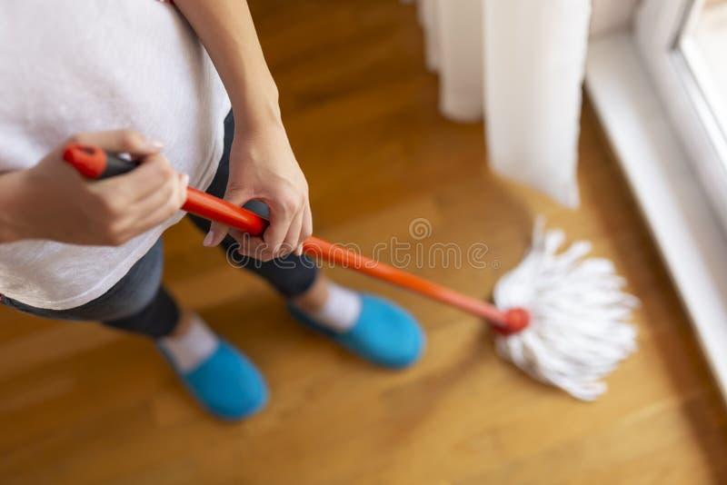 Γυναίκα που σκουπίζει ένα πάτωμα στοκ φωτογραφίες