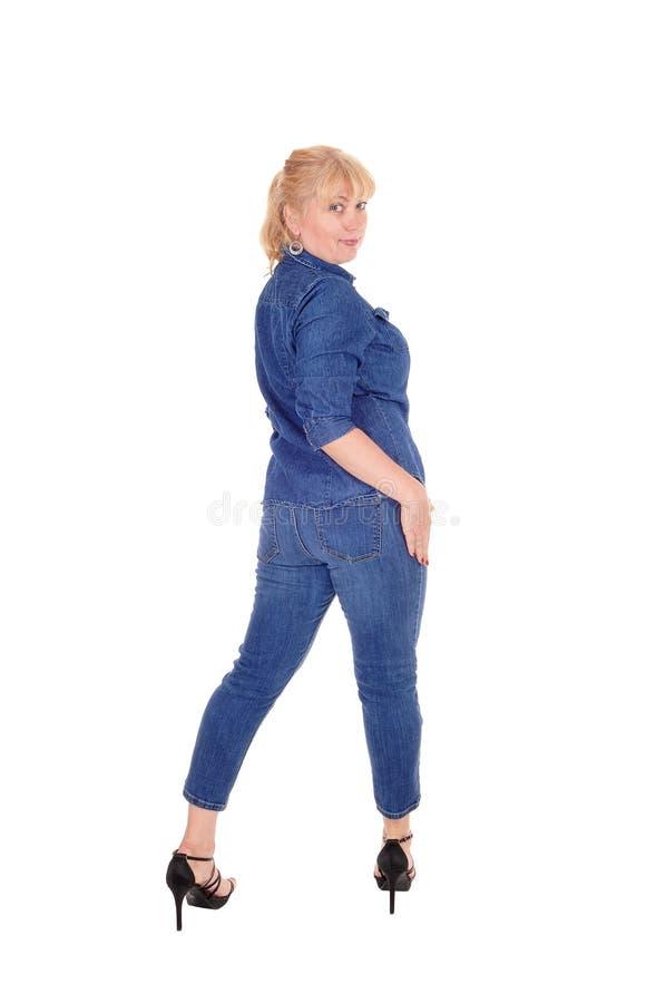 Γυναίκα που στέκεται από την πλάτη στοκ εικόνα με δικαίωμα ελεύθερης χρήσης