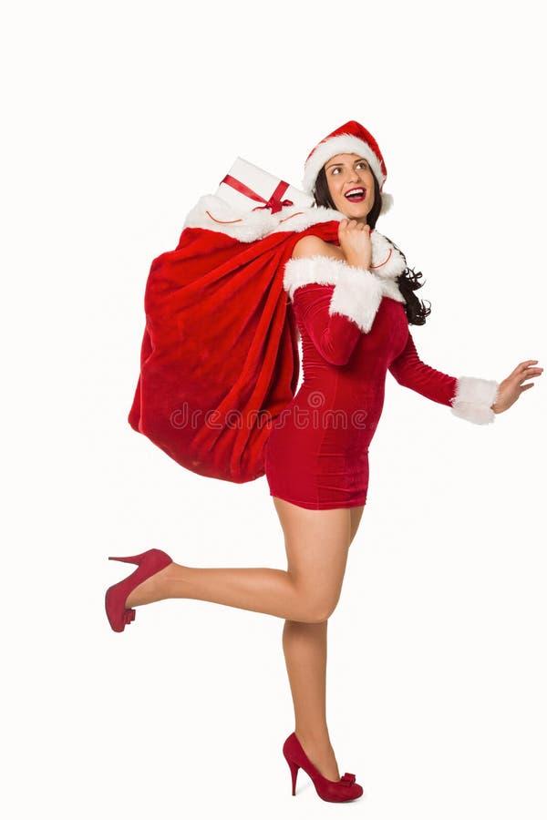 Γυναίκα που στέκεται με τα χριστουγεννιάτικα δώρα στοκ φωτογραφία με δικαίωμα ελεύθερης χρήσης