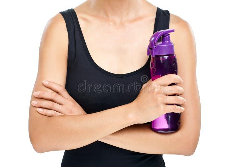 Γυναίκα που στέκεται με τα όπλα που διασχίζονται και που κρατά το αθλητικό πλαστικό BO στοκ φωτογραφίες με δικαίωμα ελεύθερης χρήσης