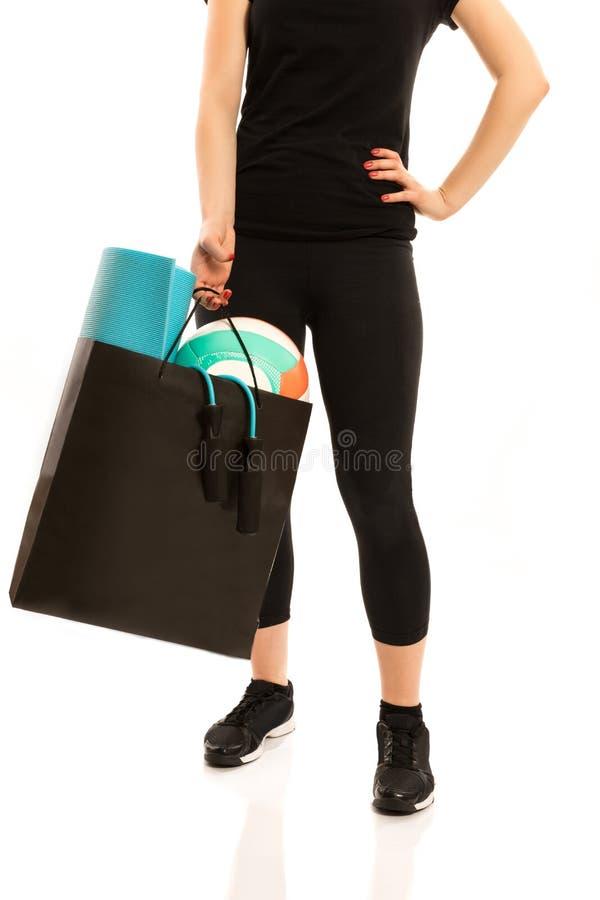 Γυναίκα που στέκεται με το σύνολο τσαντών αγορών του αθλητικού εξοπλισμού στοκ φωτογραφία με δικαίωμα ελεύθερης χρήσης