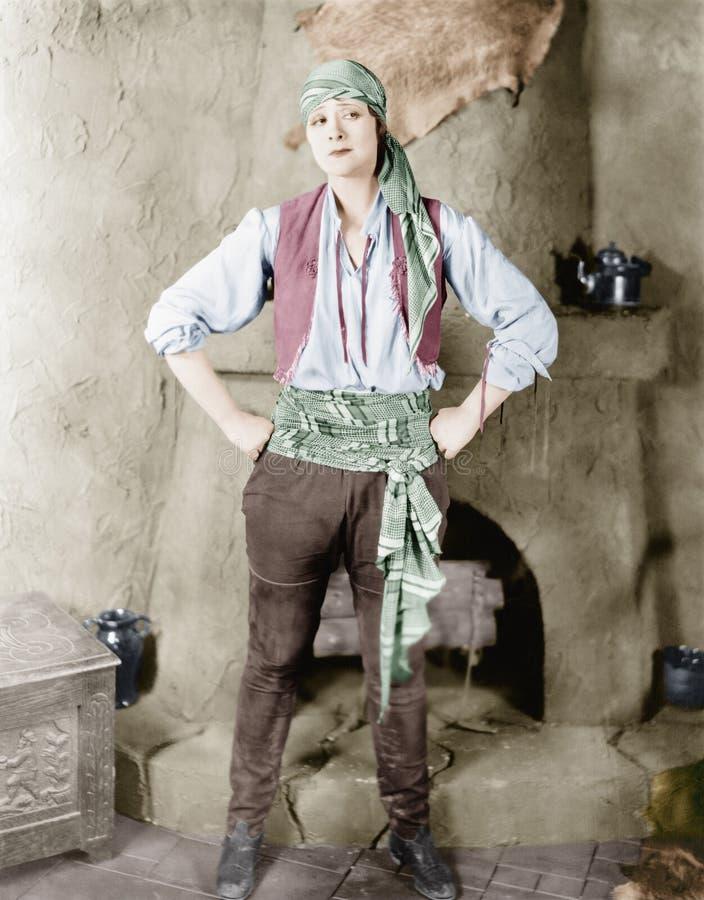 Γυναίκα που στέκεται μπροστά από μια εστία σε ένα κοστούμι πειρατών (όλα τα πρόσωπα που απεικονίζονται δεν ζουν περισσότερο και κ στοκ εικόνες
