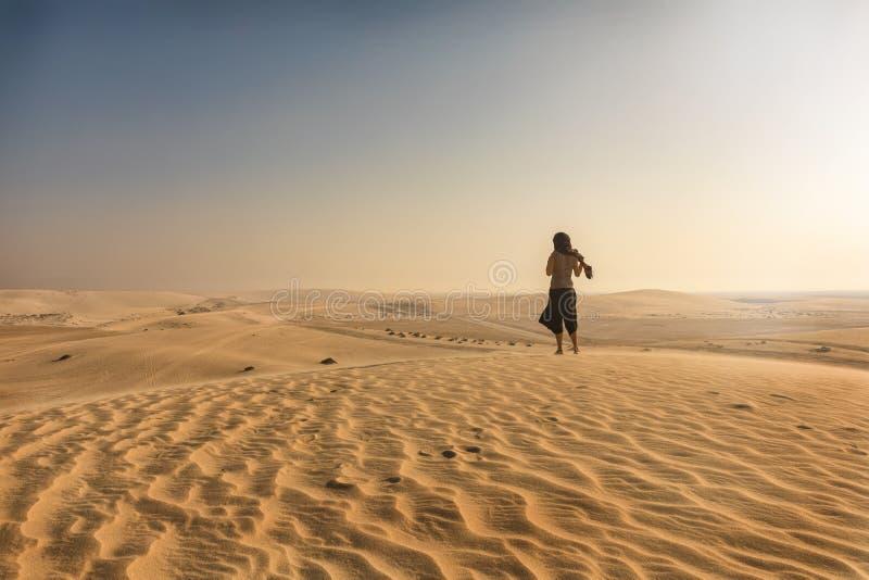 Γυναίκα που στέκεται στην έρημο του Κατάρ στοκ εικόνα με δικαίωμα ελεύθερης χρήσης