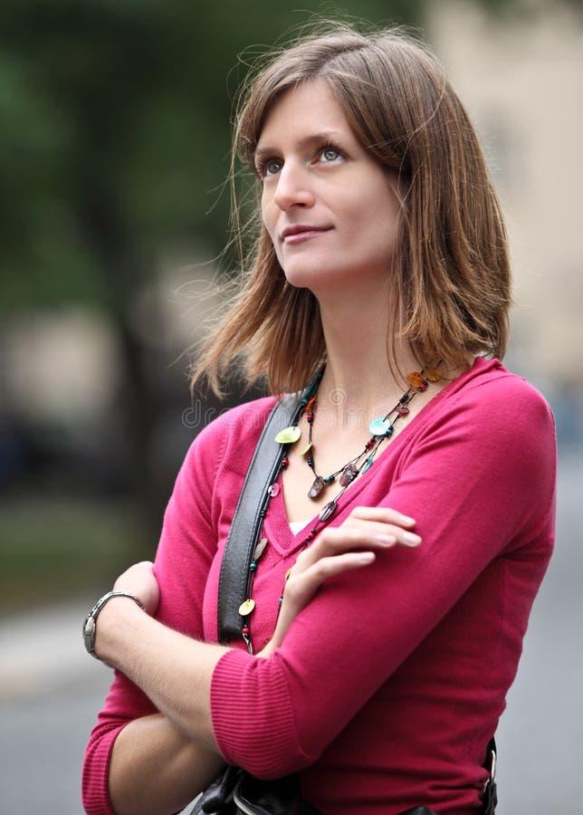 Γυναίκα που στέκεται στην οδό στοκ φωτογραφίες