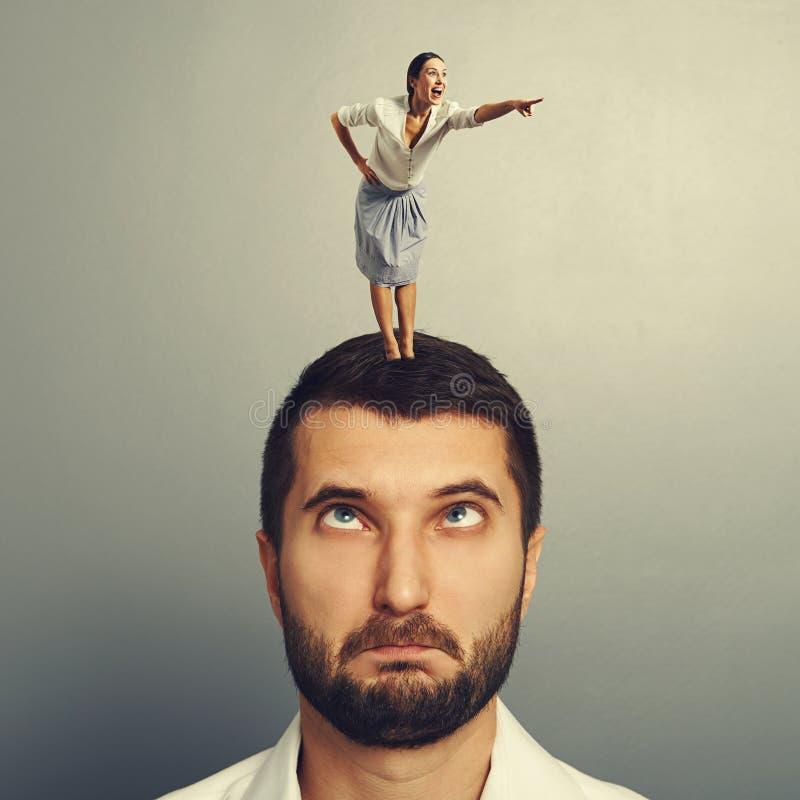 Γυναίκα που στέκεται στο κεφάλι και την υπόδειξη στοκ εικόνα με δικαίωμα ελεύθερης χρήσης