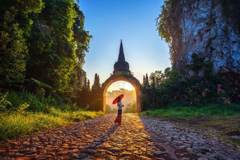 Γυναίκα που στέκεται Nai Luang Dharma NA Khao στο πάρκο στο Σουράτ Thani, Ταϊλάνδη στοκ εικόνες