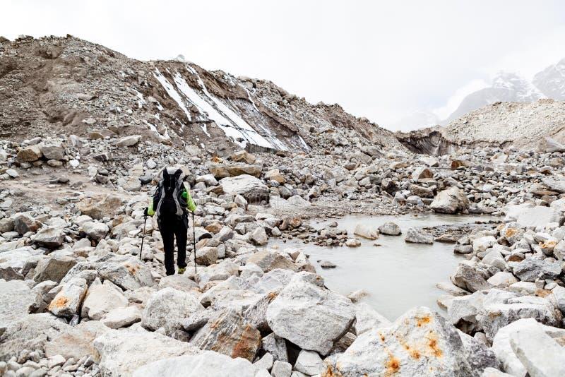 Γυναίκα που στα βουνά του Ιμαλαίαυ στο δύσκολο ίχνος στοκ εικόνες