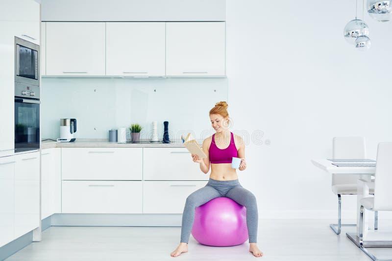 Γυναίκα που στηρίζεται μετά από την ικανότητα workout στοκ εικόνες