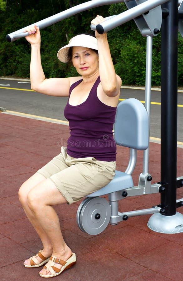 Γυναίκα που στηρίζεται μετά από τις ασκήσεις υπαίθρια στοκ φωτογραφία