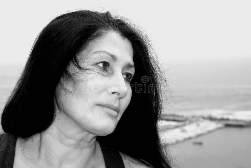 Γυναίκα που στηρίζεται μετά από τις ασκήσεις υπαίθρια στοκ εικόνες με δικαίωμα ελεύθερης χρήσης