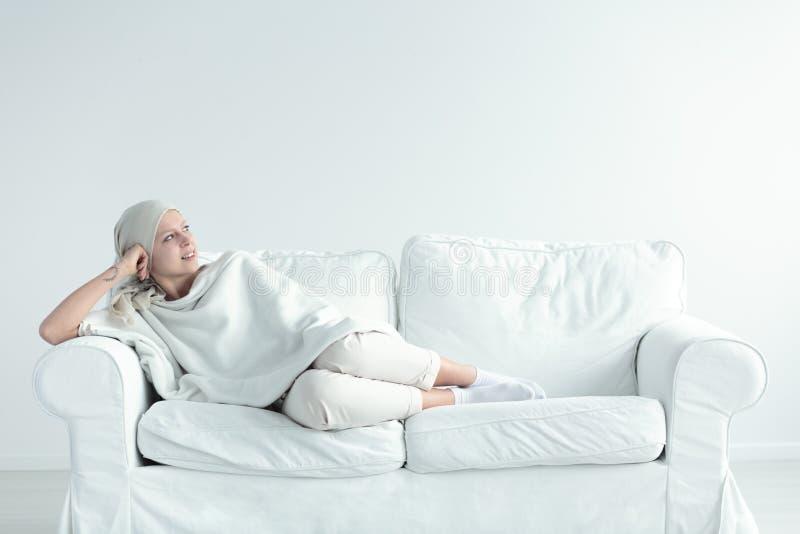 Γυναίκα που στηρίζεται μετά από το chemo στοκ εικόνες