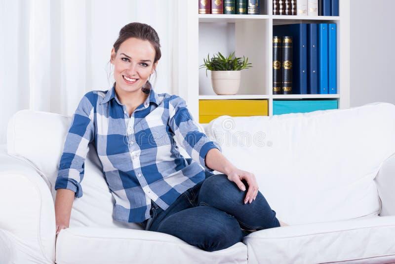 Γυναίκα που στηρίζεται σε έναν καναπέ στοκ φωτογραφίες με δικαίωμα ελεύθερης χρήσης