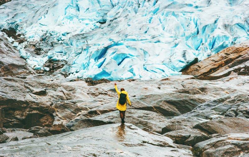 Γυναίκα που στον τρόπο ζωής ταξιδιού παγετώνων Nigardsbreen στοκ εικόνες με δικαίωμα ελεύθερης χρήσης