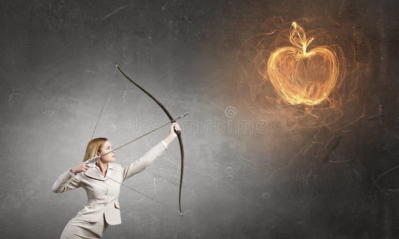 Γυναίκα που στοχεύει το στόχο της στοκ φωτογραφία
