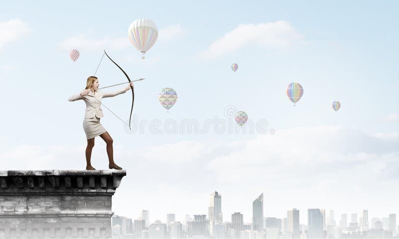 Γυναίκα που στοχεύει το στόχο της στοκ εικόνες με δικαίωμα ελεύθερης χρήσης