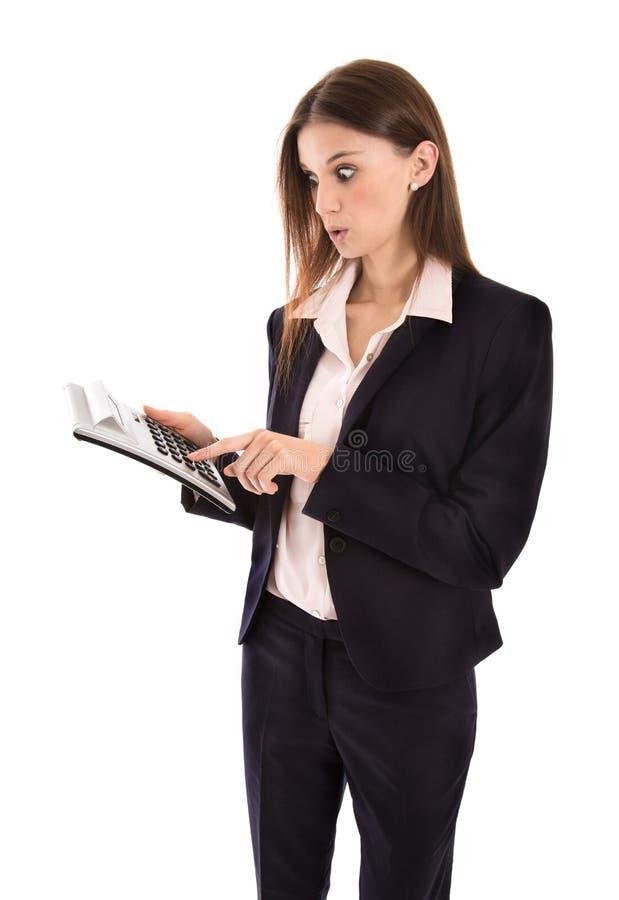 Γυναίκα που συγκλονίζεται για τις αυξανόμενες δαπάνες που κρατούν έναν υπολογιστή τσεπών στοκ φωτογραφίες