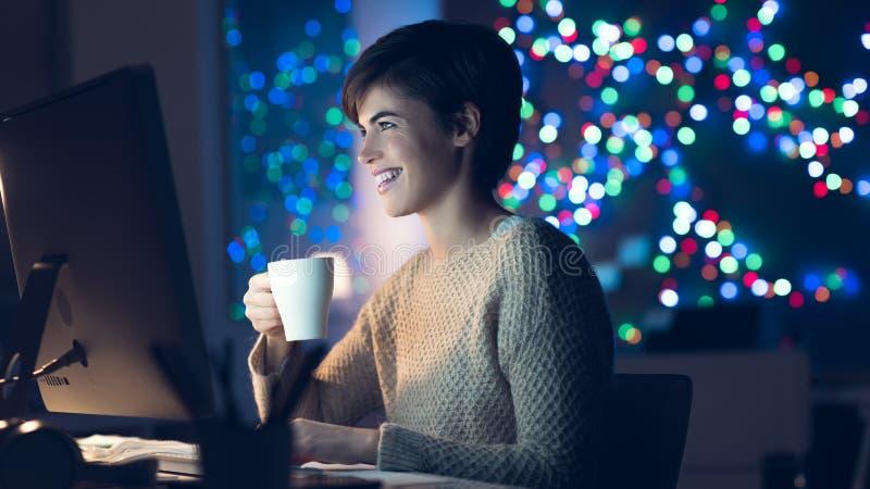 Γυναίκα που συνδέει αργά τη νύχτα στοκ φωτογραφίες