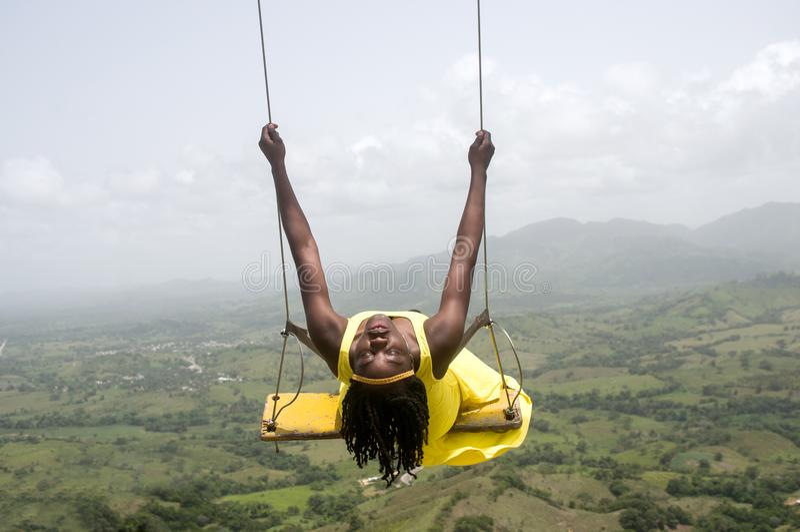 Γυναίκα που ταλαντεύεται πέρα από τα βουνά στοκ φωτογραφία με δικαίωμα ελεύθερης χρήσης
