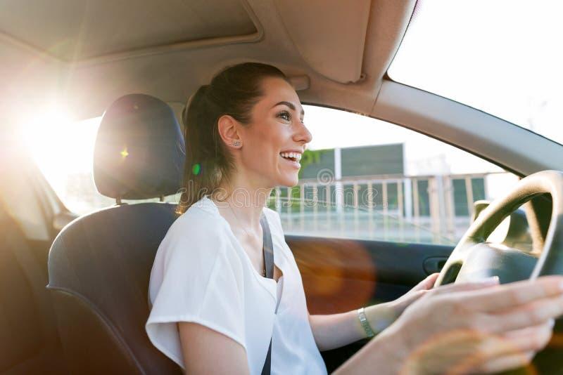 Γυναίκα που ταξιδεύει με το αυτοκίνητο στοκ εικόνες με δικαίωμα ελεύθερης χρήσης