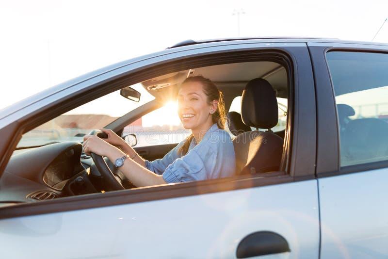 Γυναίκα που ταξιδεύει με το αυτοκίνητο στοκ εικόνα με δικαίωμα ελεύθερης χρήσης