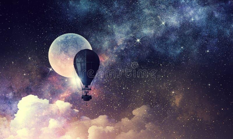 Γυναίκα που ταξιδεύει στο αερόστατο Μικτά μέσα στοκ εικόνες