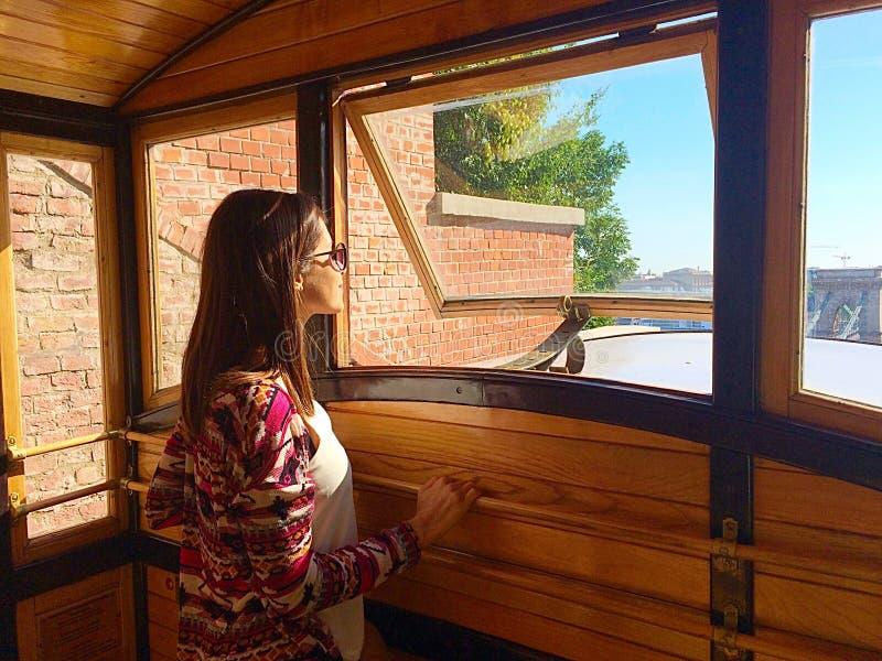 γυναίκα που ταξιδεύει με το τελεφερίκ στην πόλη της Βουδαπέστης στοκ φωτογραφία