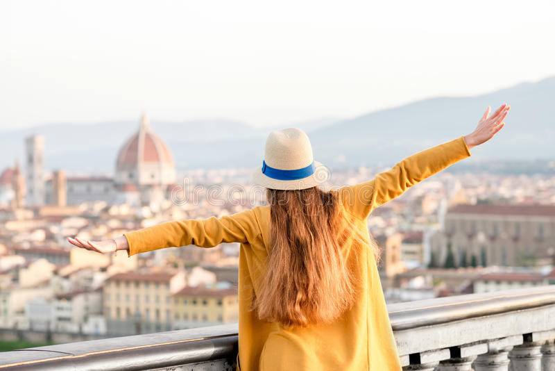 Γυναίκα που ταξιδεύει στην πόλη της Φλωρεντίας στοκ φωτογραφία