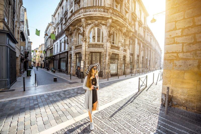 Γυναίκα που ταξιδεύει στην πόλη του Μπορντώ στοκ εικόνες